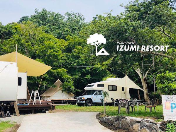キャンプ場の風景。見えるテントとキャンピングカーに宿泊できます!