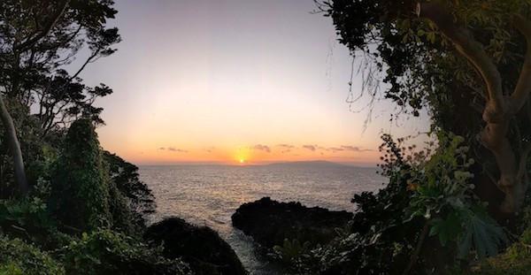 キャンプ場から歩いて1分の朝陽です。4000年溶岩海岸です。