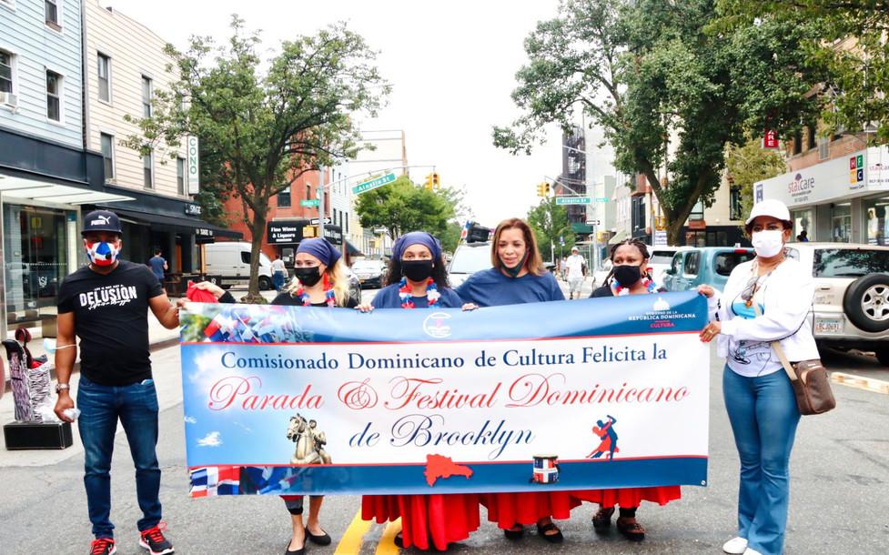 Comisionada Lourdes Batista-Jakab desfila en Parada Dominicana Brooklyn como Madrina de la Restauración