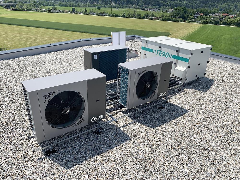 Fertiger Heizraum, geliefert in Dachbox für Heizen und Kühlen. Standardisiert zu 30, 45, 60, 90, 120 kW Heiz und Kühlleistung.