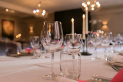 Gedekte tafel met glazen en kaarsen