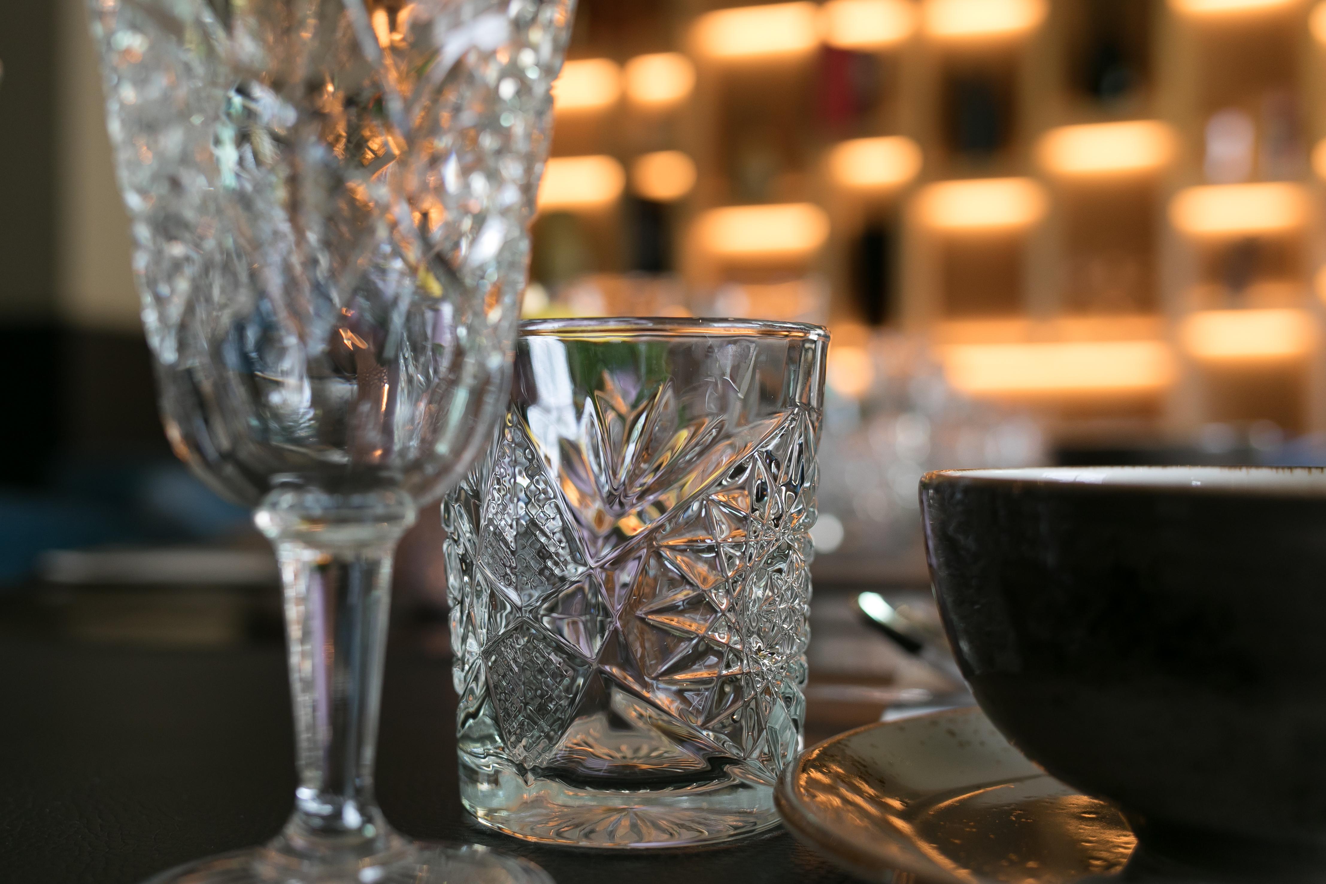 Clos-up glazen op gedekte tafel
