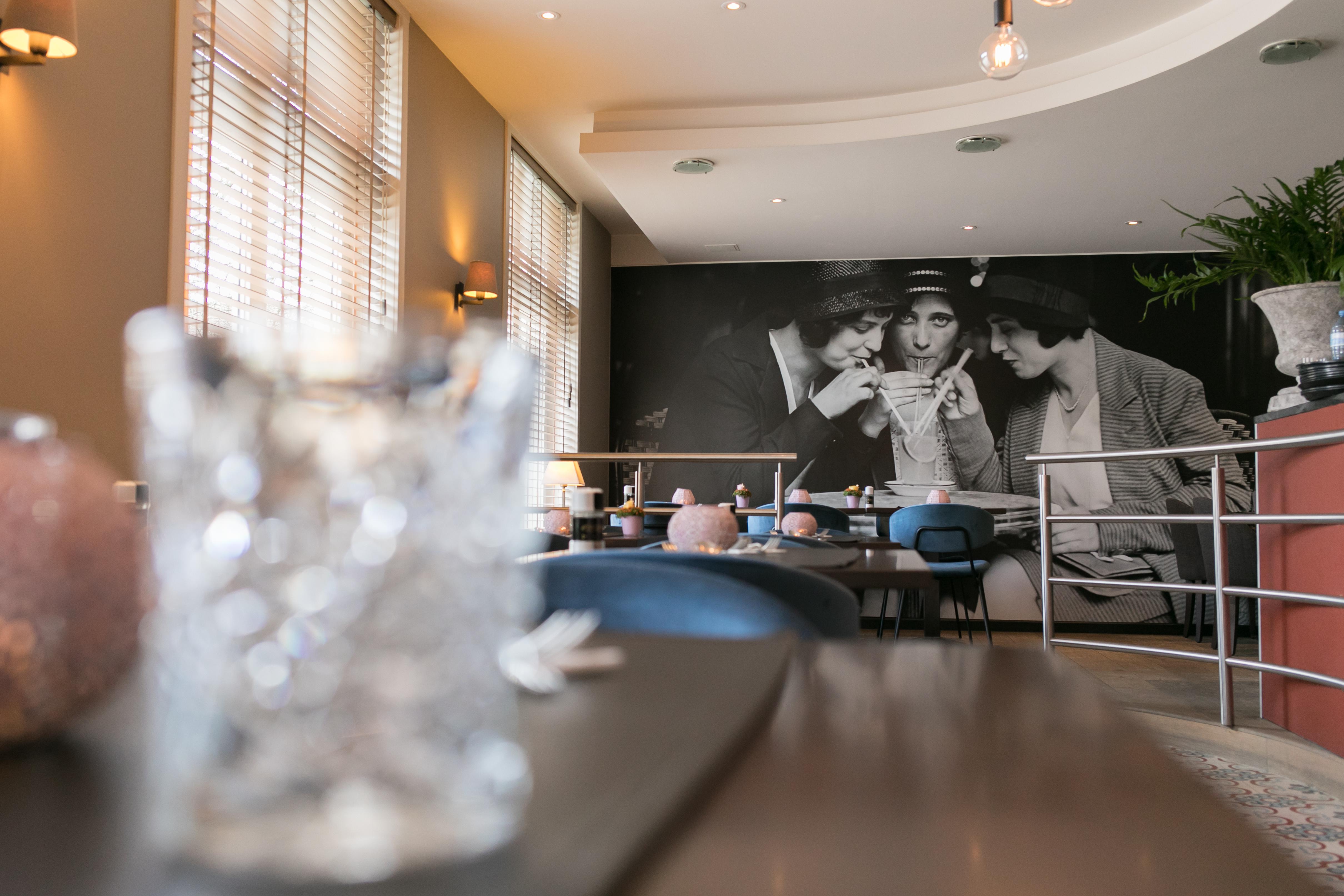Sfeerbeeld tea-room met glas in bokeh effect