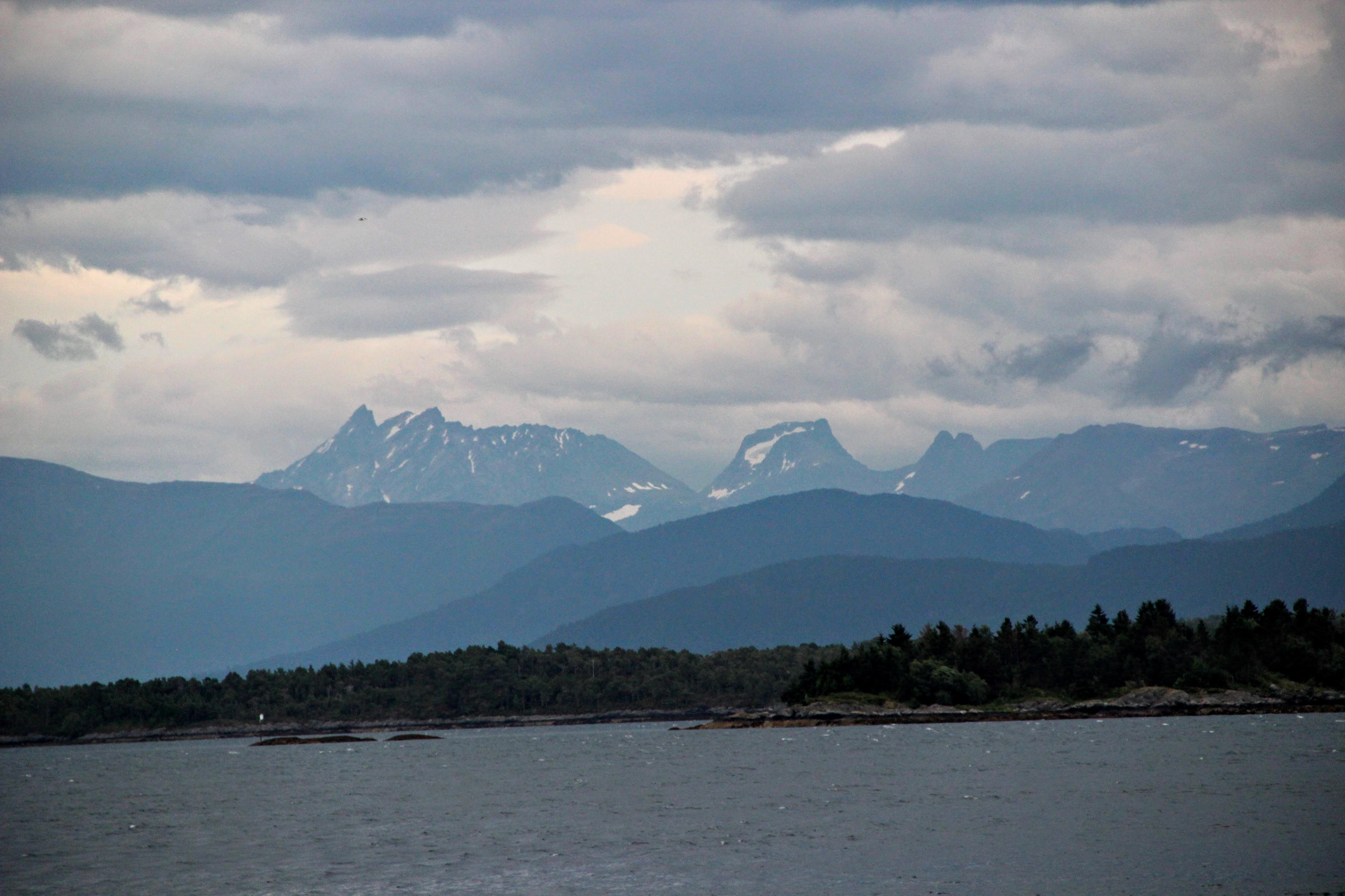Au centre, le Romsdalhorn (1550 m)