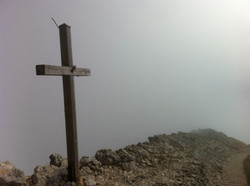 La croix sommitale dans la brume...