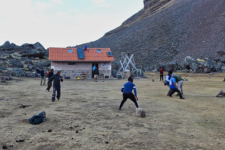 Partie de football au camp Jampa (Tour de l'Ausangate)