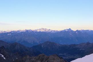Lever du soleil sur le Grand Paradis et les Alpes piémontaises. Au loin le Viso.