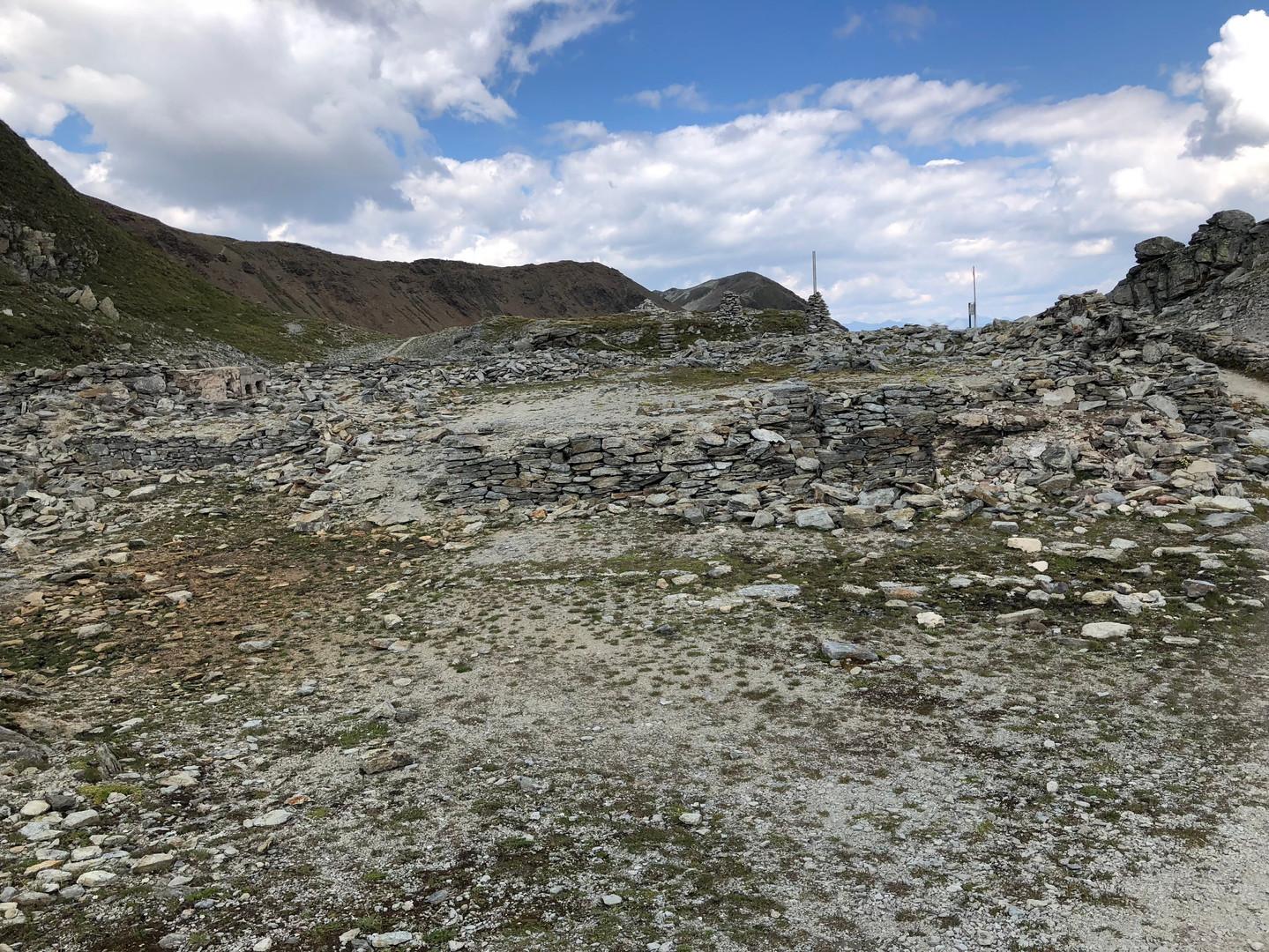 Vestiges du camp autrichien sur la ligne de front du Monte Scorluzzo.