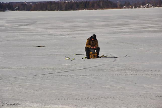 Pêcheur sur la rivière gelée