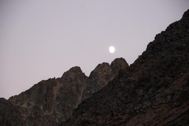 La lune veille