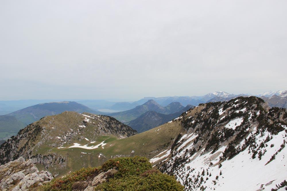 Le lac d'Annecy au loin
