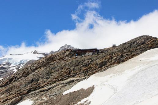 Le refuge Gnifetti (3647 m) sous le Lyskamm