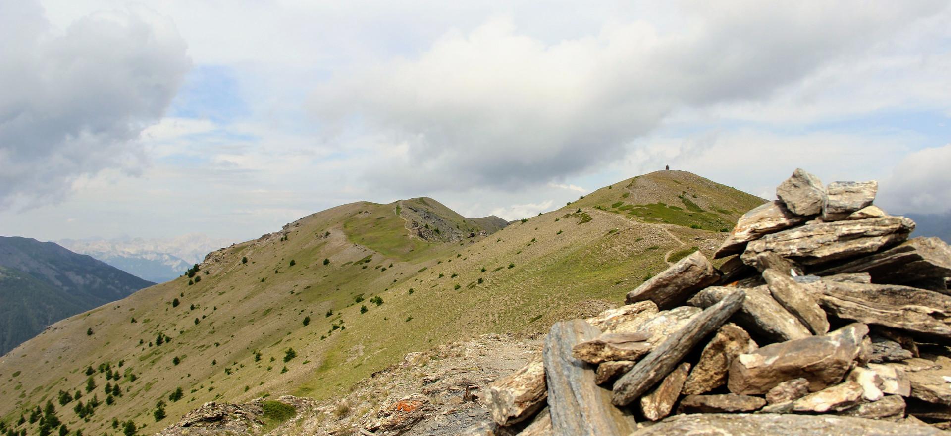 Au voit très bien le sommet de la Lauzière (2576 m), point culminant de l'arête.