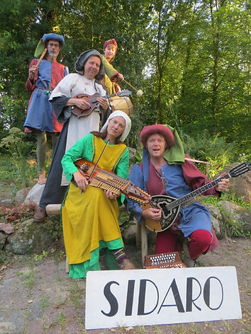 Sidaro_middeleeuws_kostuum_staand_formaa