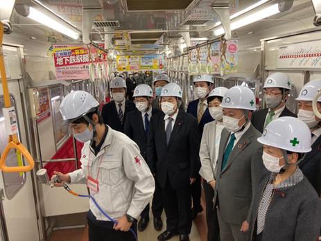 地下鉄車内の抗ウイルス加工の作業の様子を視察しました。