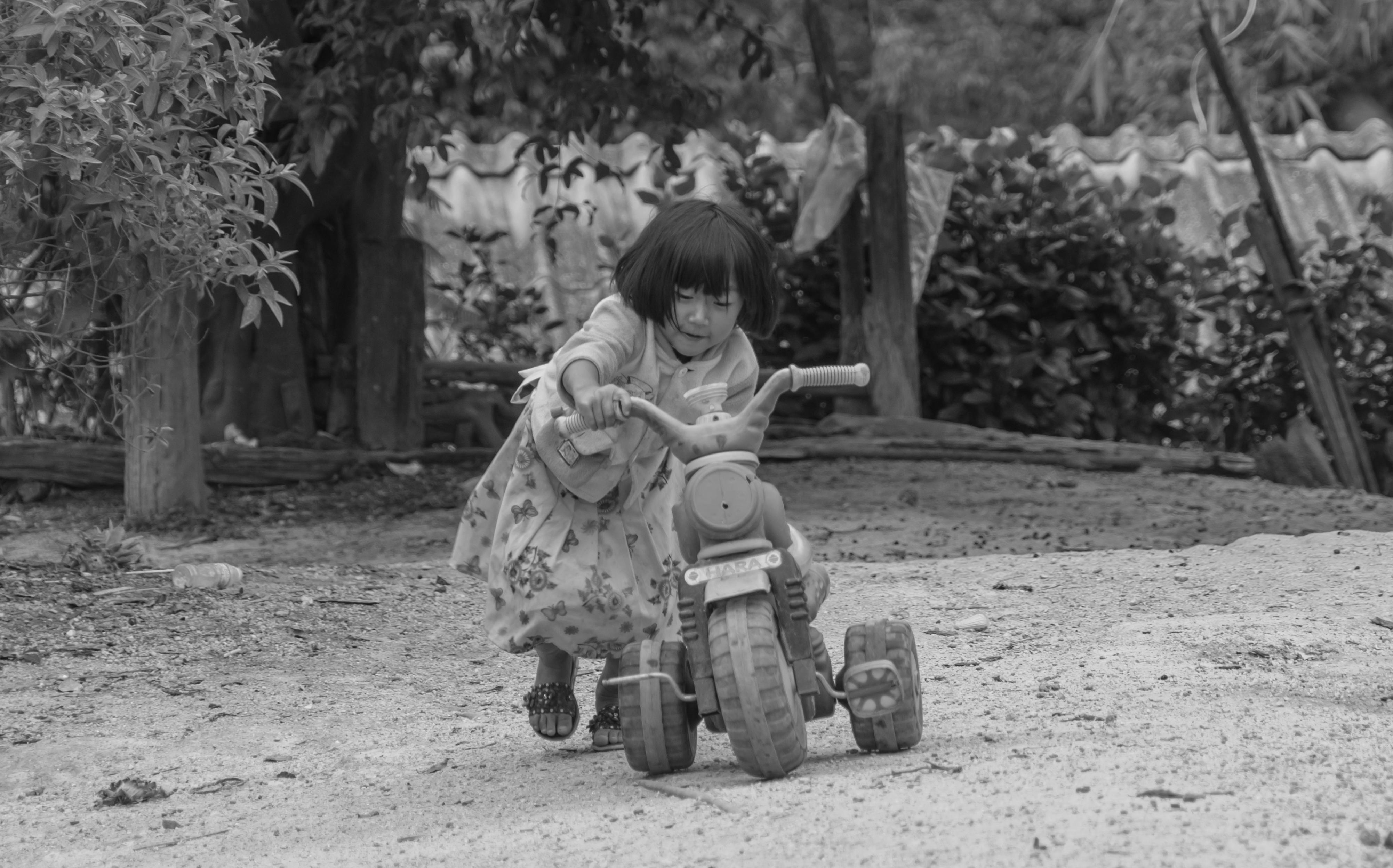 Petite fille au tricyle 2 NB