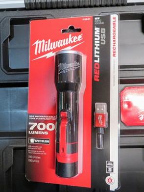 Linterna recargable mediante USB 700 lúmenesMilwaukee 2110-21