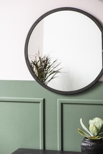 runder Spiegel mit Metallrand