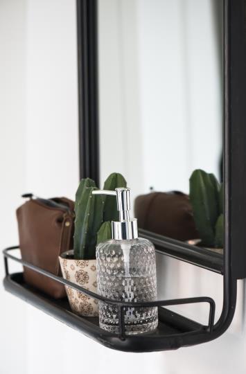 Spiegel mit Metallrahmen und kleiner Ablage