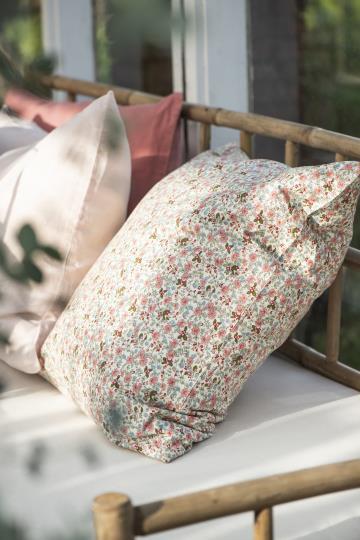 Kissen mit Blumenmuster in rosa, blau und grün