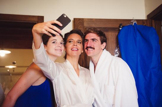 10-sposa-selfie-sorriso-parenti.jpg