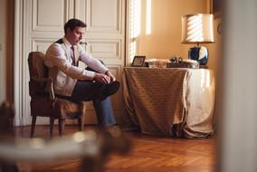 20-scarpe-sposo-seduto-preparazione.jpg