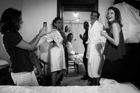 18-sposa-praparazione-parenti-bagno.jpg