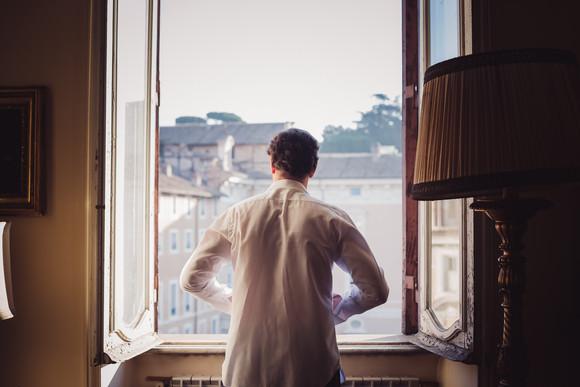 03-preparazione-sposo-finestra.jpg