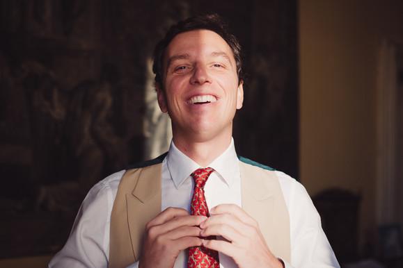 17-cravatta-sposo-finestra.jpg