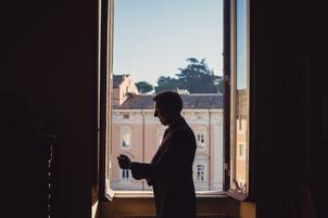 24-sposo-preparazione-silhouette-finestr