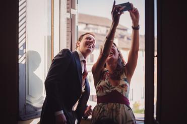27-sposo-selfie-parenti-risata.jpg