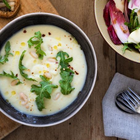 Hartverwarmende bloemkoolsoep, toast met gebakken oesterzwammen en roodlofslaatje