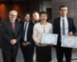 Léa Blard, meilleure déléguée de la SimOACI 2017 en compagnie de Marissa de la Torre Ugarte, meilleure déléguée 2016 et de Pierrick Pugeaud, directeur de la SimOACI
