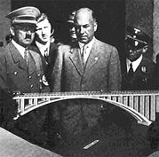 Fritz mostra a Hitler a maquete de uma das diversas monumentais pontes existentes nas Autobahns