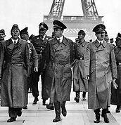 A Histórica foto da ocupação de Paris em 1940: Speer caminha ao lado direito de Hitler.