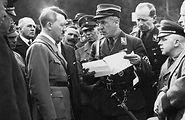 """Já em tempos de guerra, Fritz Todt e o alto comando nazista apresentam aHitler os planos do """"Muro Ocidental""""."""