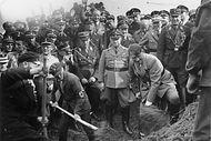 Hitler adorava aparecer em eventos públicos para iniciar as obras de uma autobahn. Na foto, ofuheraparece dando o início aos trabalhos. Logo atrás dele, Fritz Todt