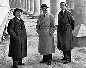 Da esquerda para direita: profº Leonhard Gall, Hitler e Speer, inspecionando as obras da Casa da Cultura de Munique (de autoria do arquitetoPaul Troost).