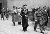 A ultima foto de Speer enquanto autoridade nazista, tirada em 1945, já sob custórdia das tropas americanas: de preto, oalmirante Karl Donitz (a frente) seguido por Alfred Jodl (chefe do exército) e ao lado, Albert Speer.