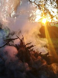 la fumée et le coucher de soleil