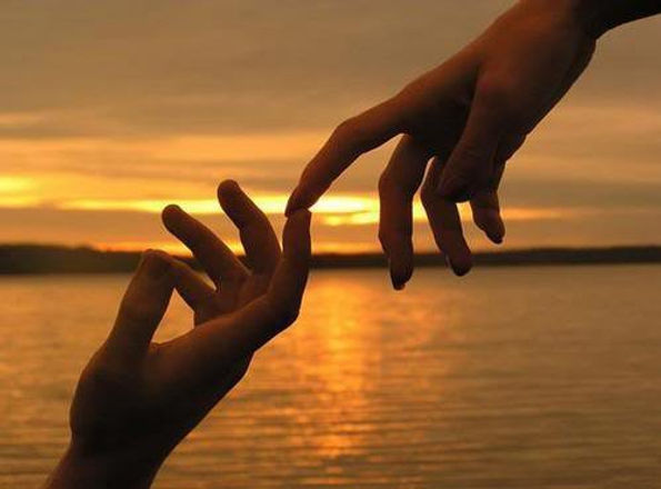 beautiful-hand-hands-romantic-sea-Favim.
