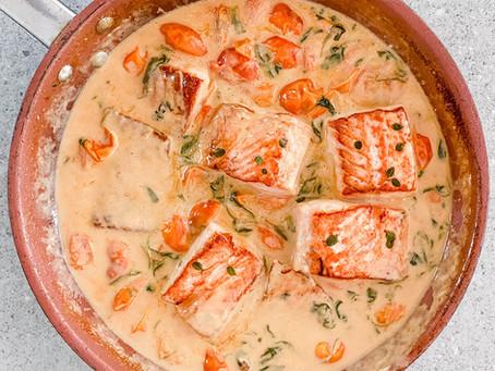 דג סלמון ברוטב שמנת עם עגבניות שרי ותרד