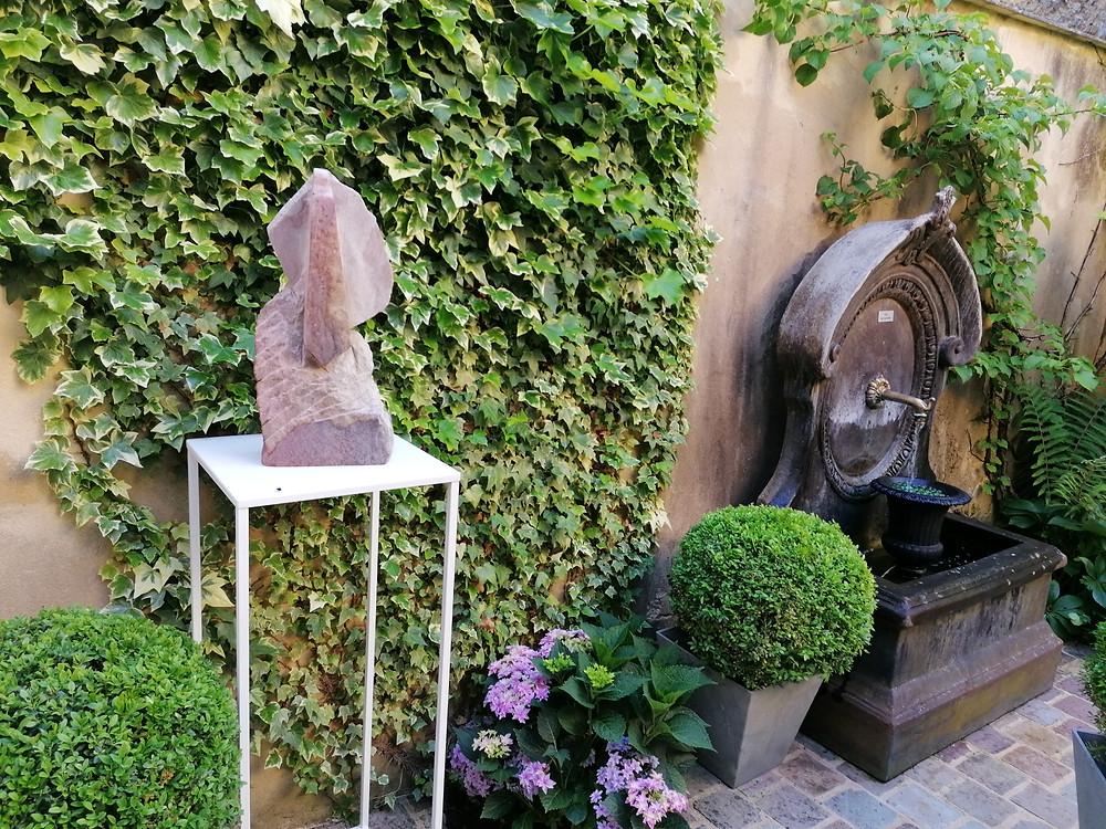 Sculpture. Fontaine. Buis. Lierre. Hortensia à fleurs étoilées.