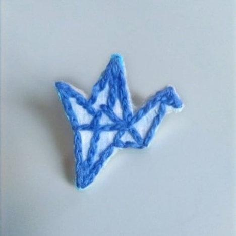Pin's grue origami brodé