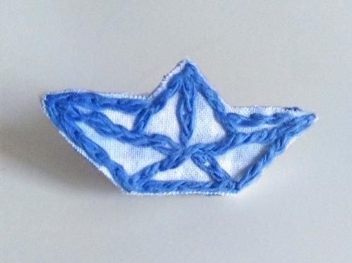 Pin's petit navire origami brodé