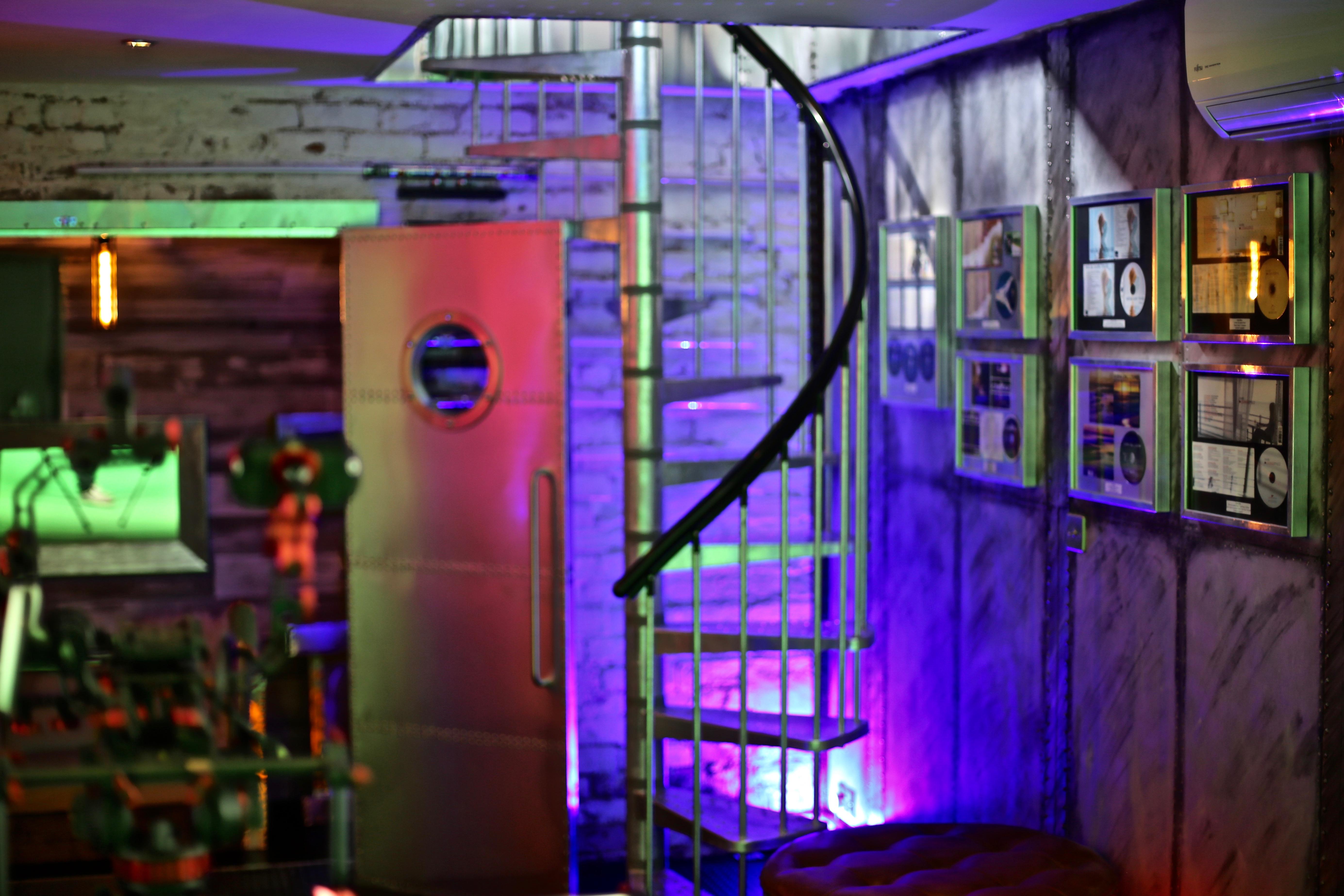 7Gate Media_Silver Studios - Spiral Staircase shot 4