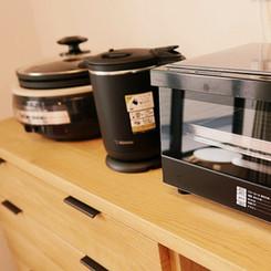 基本的な調理器具と食器類を備えた機能的キッチンを完備