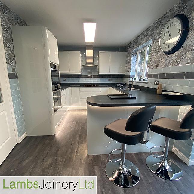 Handless gloss wren kitchen