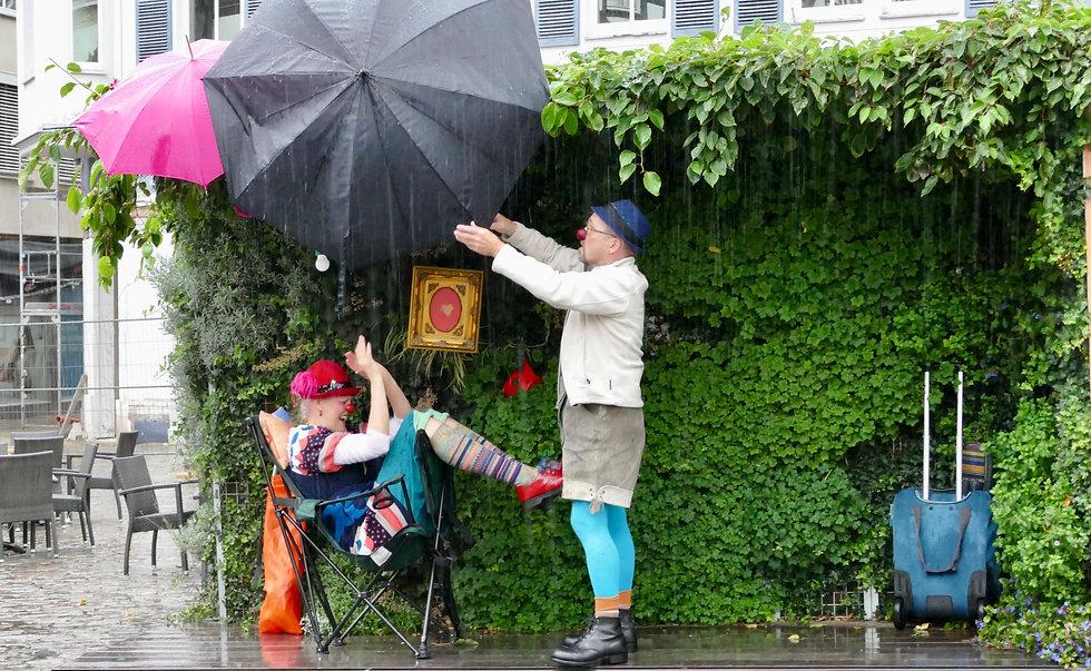 Clows Anton & Elfie im Regen_foto_carsten_neubauer