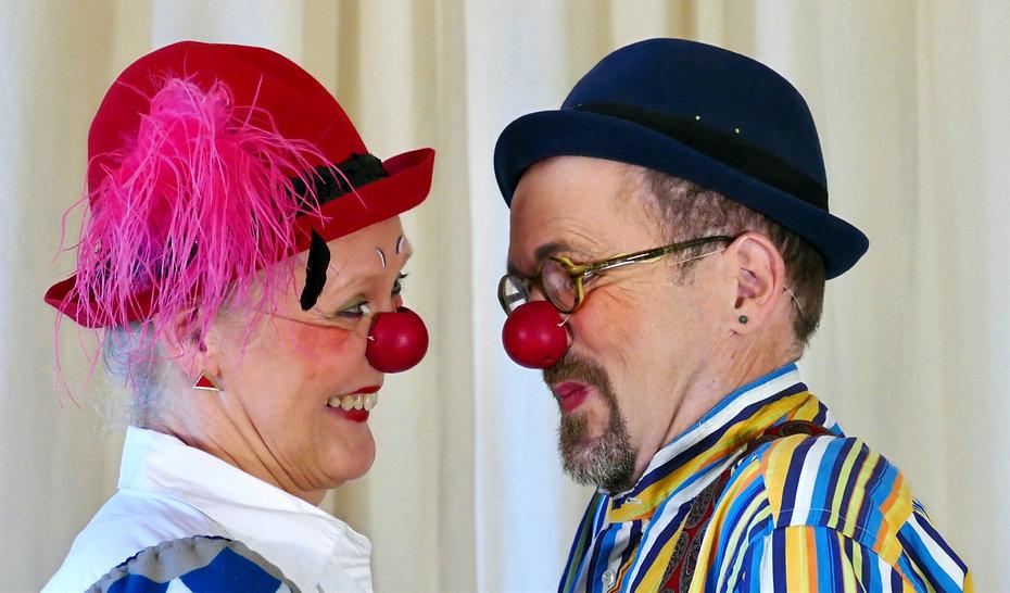 Die Clowns Elfie & Anton lächeln sich an.jpg